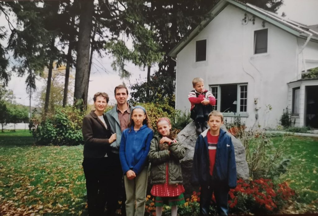 Wolfgang and Regina in front of their farmhouse with their children in the 2000s.